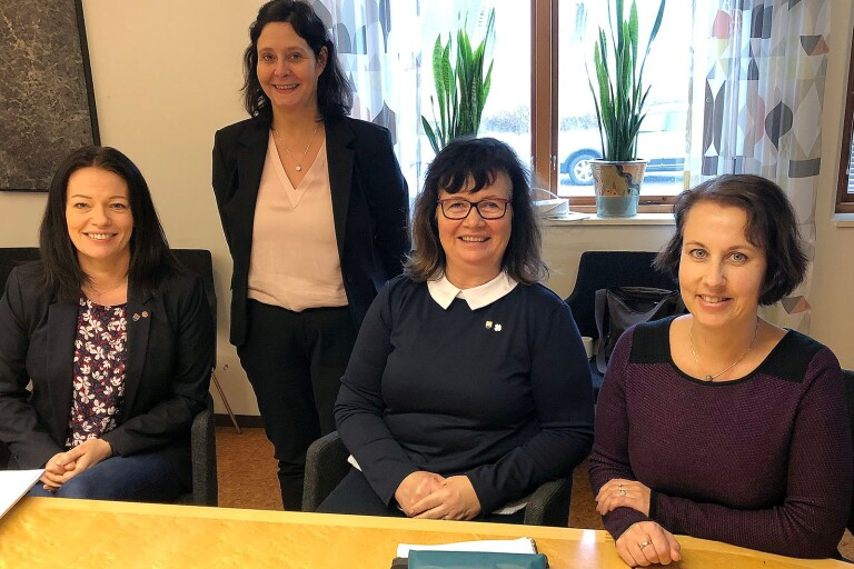 Glada miner när bokslutet för Mörbylånga kommun för 2018 presenterades. Fr v kommunalrådet Matilda Wärenfalk (S), kommundirektör Ann Willsund, kommunalrådet Anna-Kajsa Arnesson (C) och ekonomichefen Åsa Bejvall.