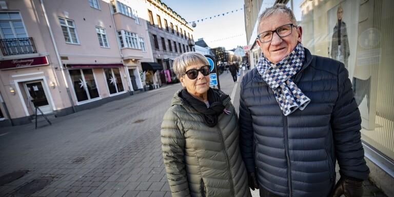 Ulla och Gert Åke Olsson är oroliga för biverkningar om de tar det nya covid-19-vaccinet.