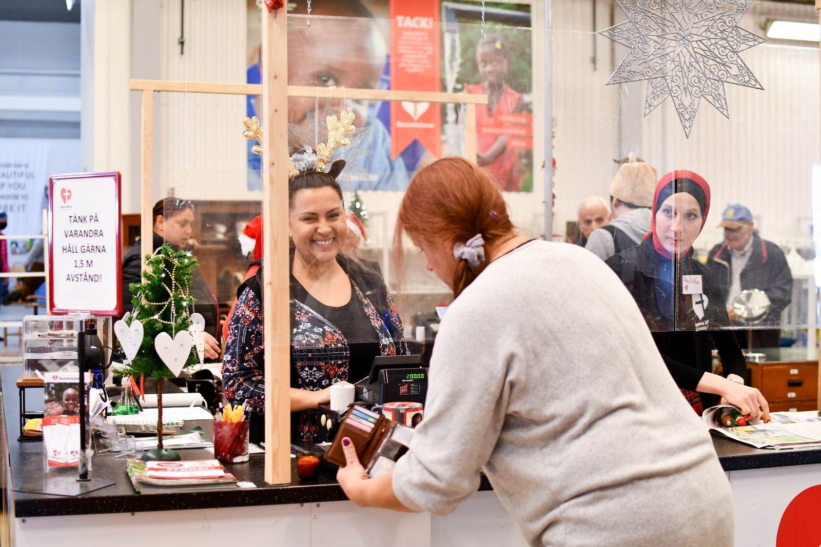 Handspritstationer vid entrén och inne i butiken, samt plexiglasskivor mellan kassapersonal och kund är andra anpassningar som gjorts.