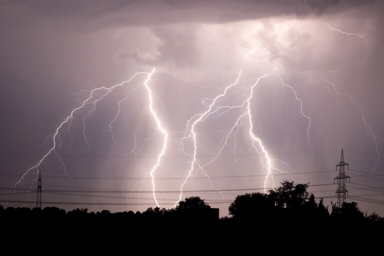 Småland: Flera ungdomar till sjukhus efter blixtnedslag