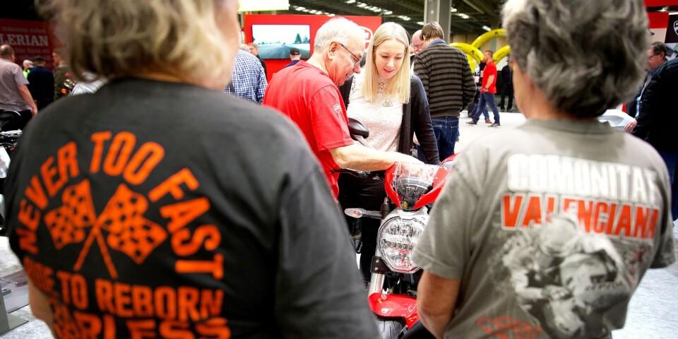Tore Alexandersson, själv tävlingsförare en gång i tiden, visade Jennie Bjerger finesserna på en Ducati Monster 797.