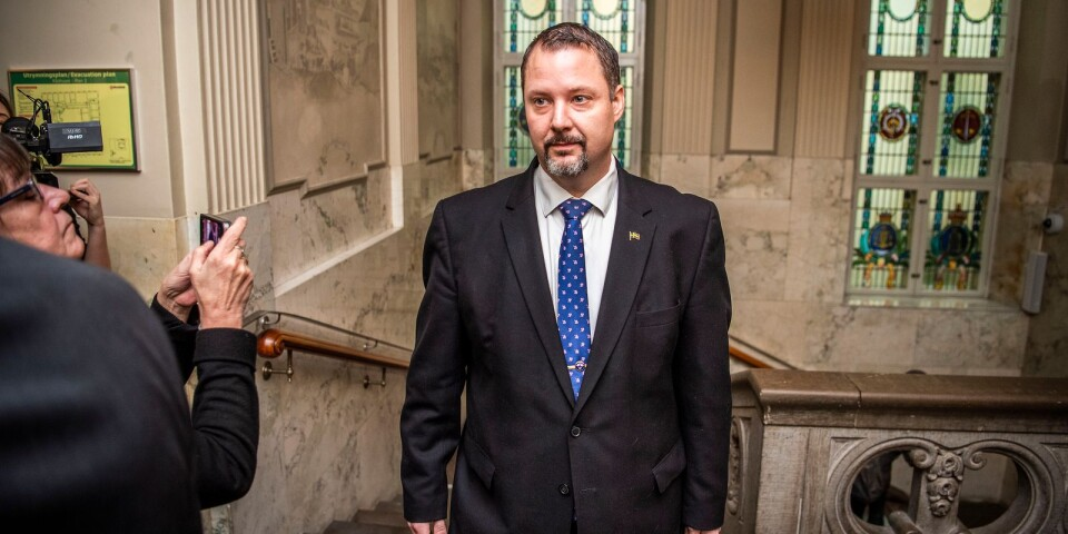 Christopher Larsson vid rättegången om hets mot folkgrupp. Blekinge tingsrätt friar honom från brott.