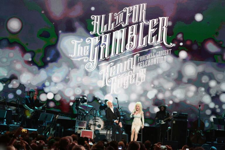 "Kenny Rogers och Dolly Parton i showen ""All In for the gambler: Kenny Rogers farewell concert celebration"" i Nashville."