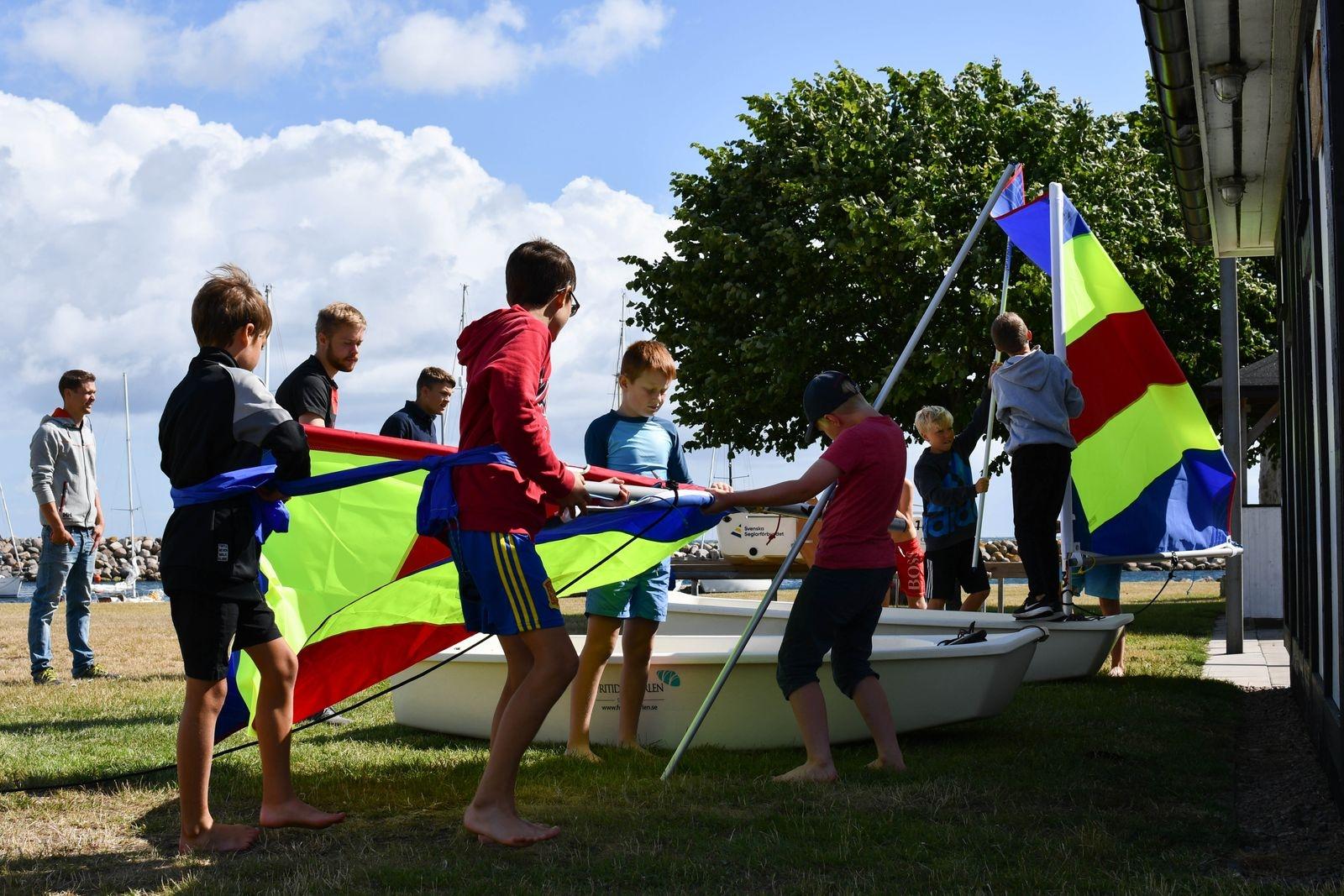 Eftersom veckan inleddes med väl hårda vindar för nybörjarsegling, blev det en stund över för lekfull teori i tävlingsform.