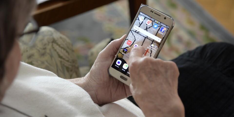 Fyrtio procent av svenskar över 65 år saknar en smartphone. Bland de sextio procent som faktiskt har en smarttelefon, är minst en tredjedel oklara över hur appar ska hanteras, skriver Dino Viscovi.