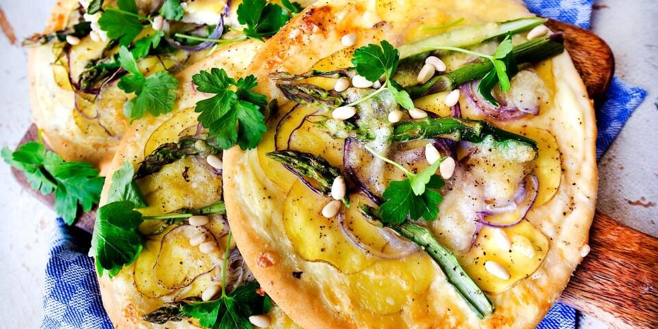 Vit pizza med potatis, sparris och västerbottenost.