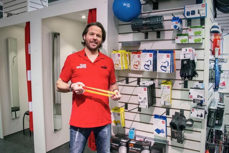 Patrik Stridfeldt på Team Sportia visar upp produkter som säljs flitigt under coronakrisen.