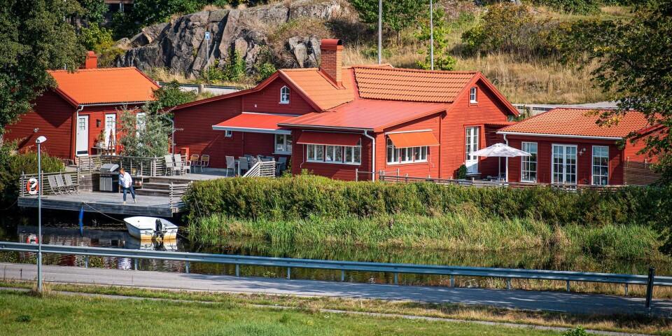 Åsa Hjelm visar upp det unika röda sekelskifteshuset som ligger vid Ronnebyån.