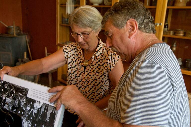 Minnenas arkiv. Gunilla Johansson och Leif Johnsson bläddrar bland svartvita klassfoton och hittar sig själva och gamla kamrater från folkskolan.
