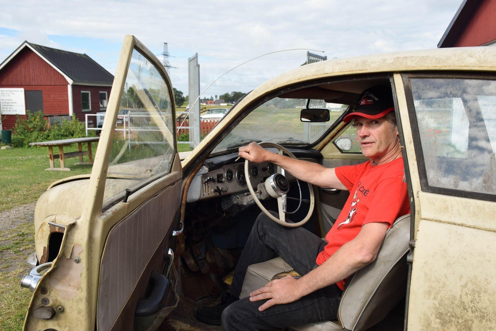 Märkt av tidens tand är minst sagt den gamla Saab 65:an som Kaj Persson har underredesrenoverat men i övrigt planerar att besiktiga i befintligt skick.