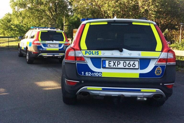 Väg 25: Man och kvinna körde av vägen i stulen bil – misstänks för flera brott
