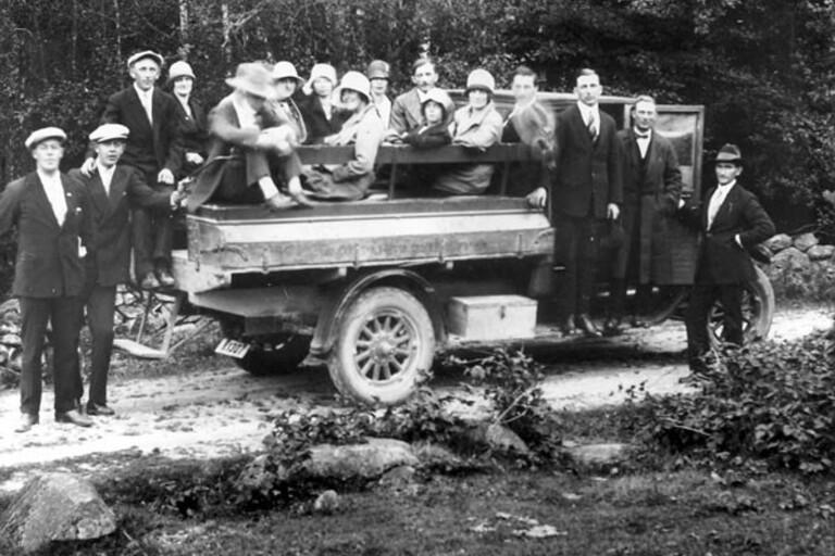 """Olofströms kommun har tagit hand om Volvos fotoarkiv och här en bild ur detta. """"Utflykt till Valhall med Brukets första lastbil """"Cheva"""". Fotot är taget i augusti 1928"""". Det är en av de 2 000 bilder som exponerats för allmänheten på bildarkiv.olofstrom.se."""