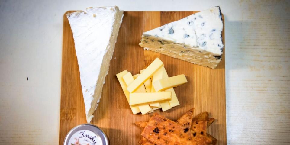 Ostbricka med lagrad Old Rotterdam i stavar, tunnbrödskex, fransk körsbärsmarmelad, franska blåmögelosten Le Bleu och opastöriserad Brie de Meaux.