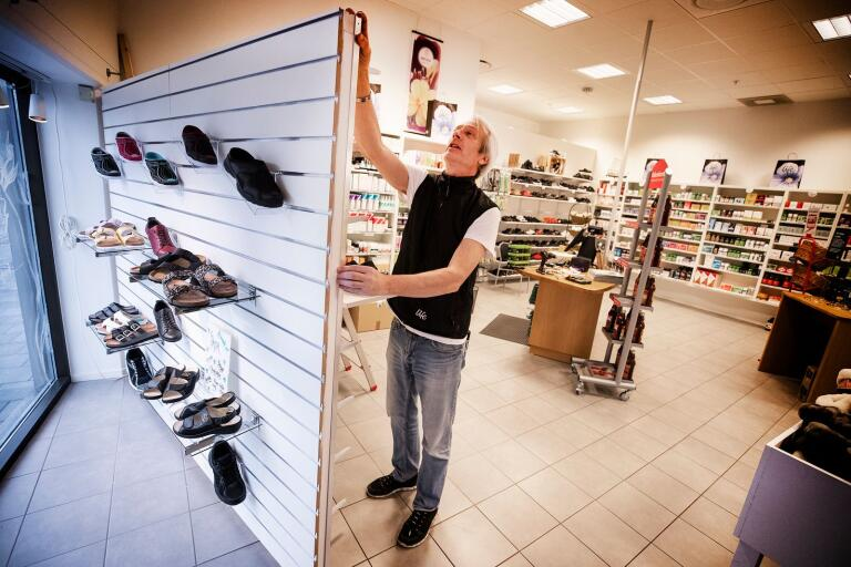 Hälsokosthandlare Rainer Svensson bygger nya hyllor för att öka utbudet av skor – en vara som är mindre känslig för konkurrens från nätbutikerna.