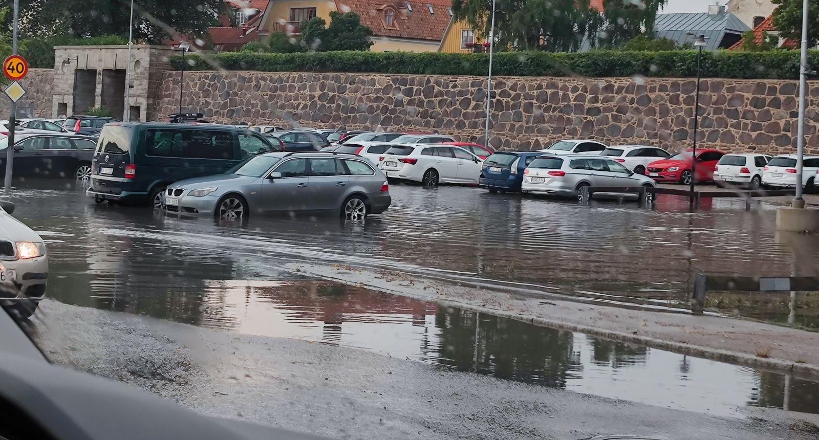 På parkeringen tvärs över gatan från Baronen samlas det mycket vatten. Foto: Hannah Sporrong