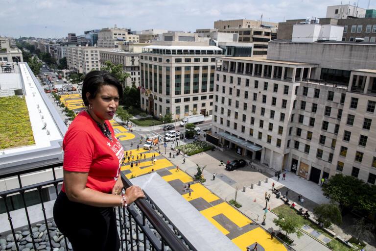 Borgmästaren i Washington |DC Muriel Bowser tittar ut över den jättelika målning på gatan som leder fram mot Vita huset med orden Black Lives Matter målade i gult.