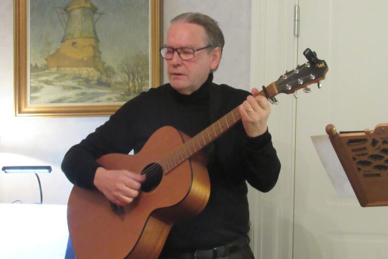 """Kyrkoherden em. Mats Dalborg sjöng bland annat sin egen tonsättning av Erik Johan Stagnelius´ """"Amanda"""" vid Stagneliussällskapets firande av skaldens födelsedag den 14 oktober i Domprostgården i Kalmar."""