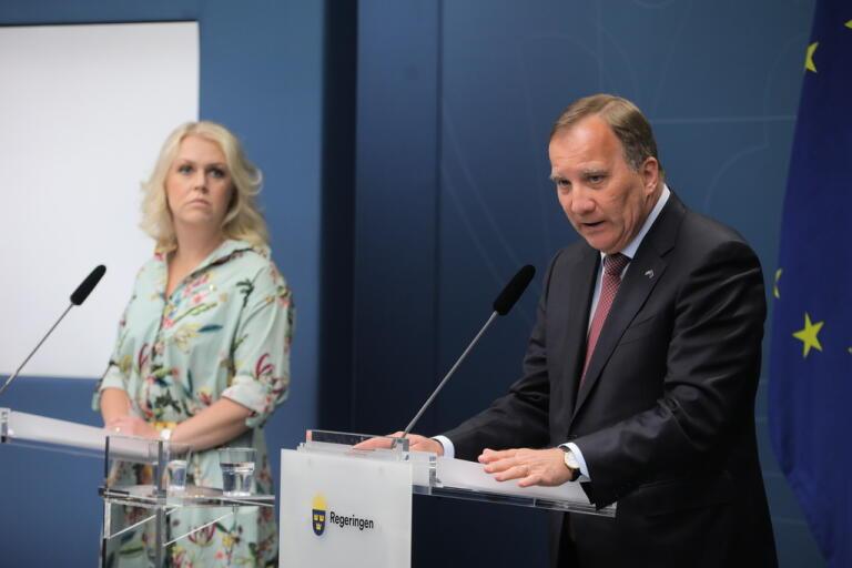 Statsminister Stefan Löfven (S) och socialminister Lena Hallengren (S) vid regeringens pressträff om ändringar i reserestriktionerna.