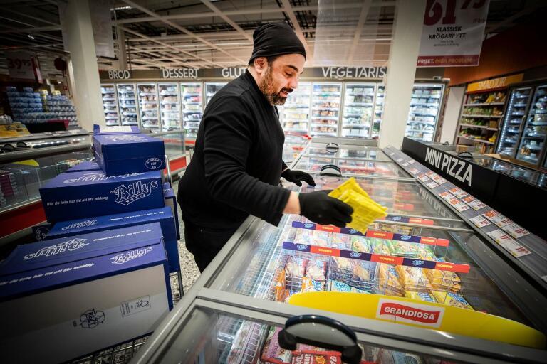 Federico Azzalin lägger ner frysta pizzor.