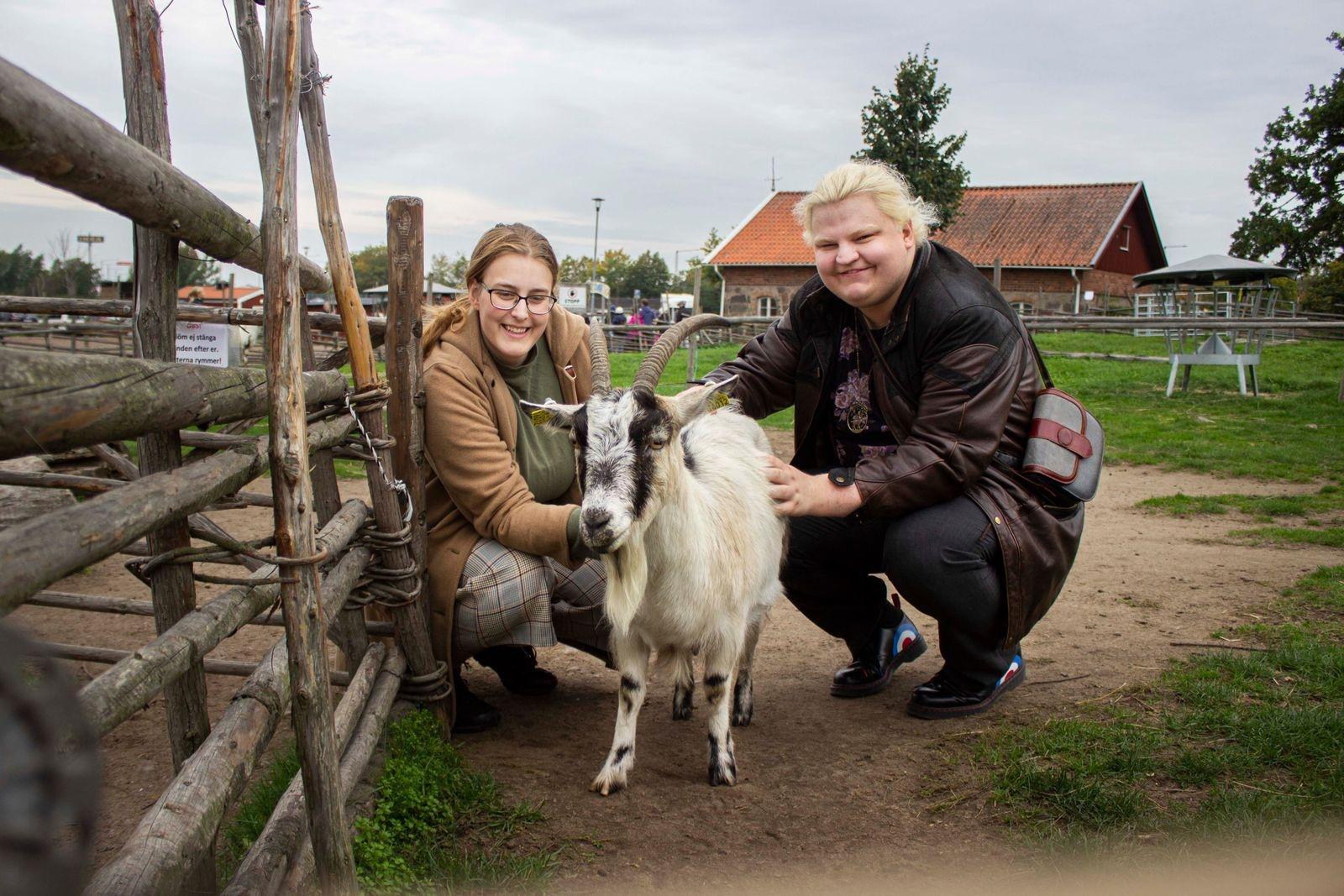 Kristina Lindberg och Joy Sjöstrand bekantade sig med getterna och gick runt på marknaden.