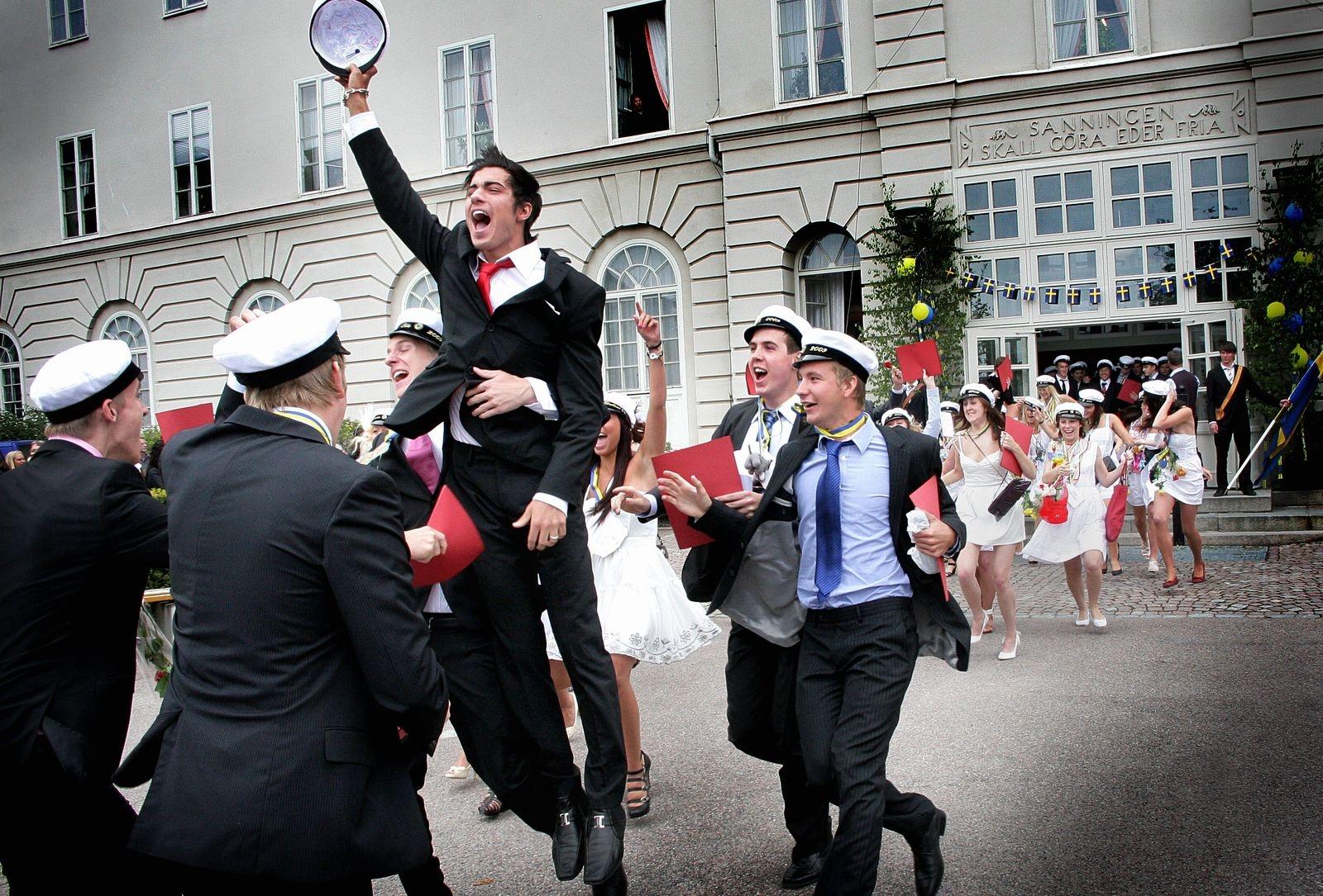 Studenter springer ut på Stagneliusskolan 2009.
