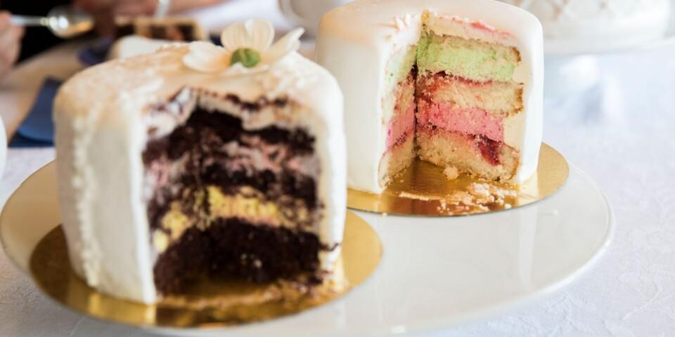 Det blir till slut smultronmousse och limemousse som ska vara huvudsmakerna i bröllopstårtan.