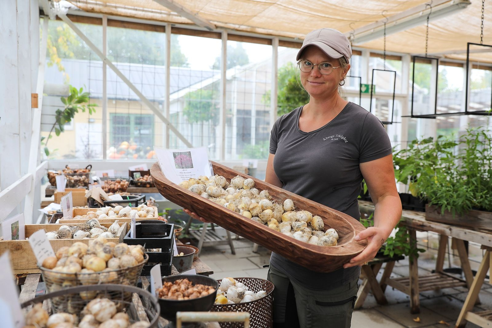– På hösten är det läge att sätta lök, tipsar Jenny Mineur. På Åbergs Trädgård finns en uppsjö av lökar som säljs i lösvikt.
