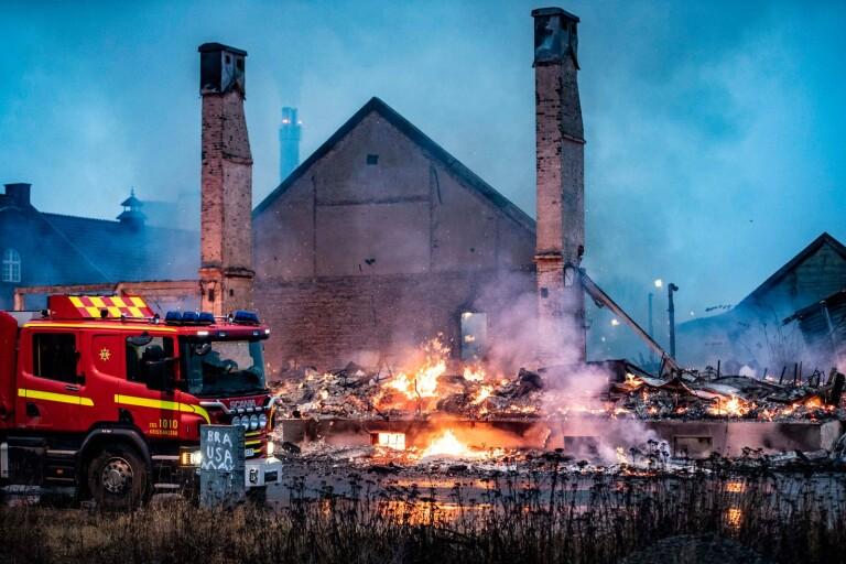 """Byggnad totalförstörd i kraftig brand: """"Vi kom nog i grevens tid"""""""