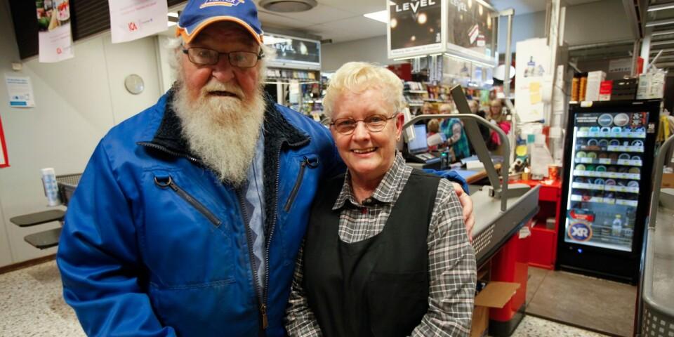 Brösarpsbon Leif Asp är en av affärens stammisar som kommer att sakna Lisbeth. – Hon har alltid varit här. Hon är så kunnig och duktig. Bra på service är hon också. Men pruta med henne, det går inte, säger han och skrattar.