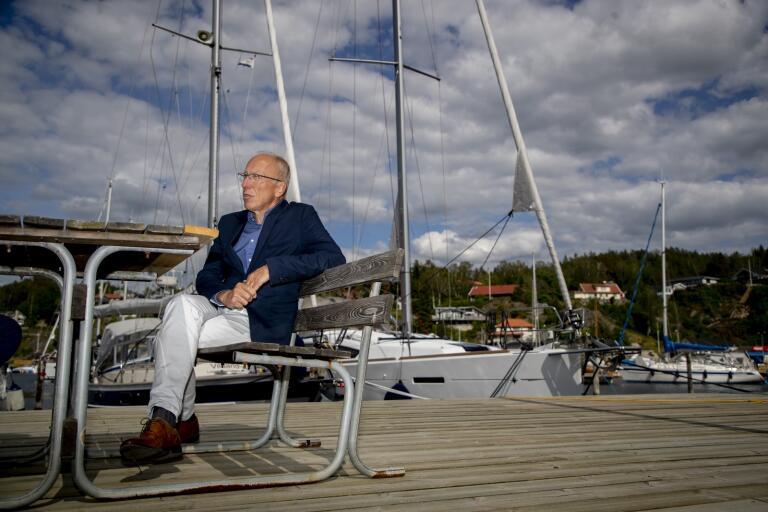 Henrik Lindh, kommundirektör på Orust, gläds åt att ön i Bohuslän kan få besökare från hela landet igen. Men kommunens nej till hemtjänst för sommargäster gäller fortfarande.
