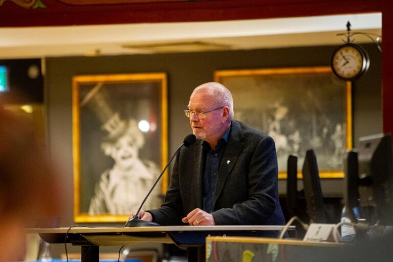 Sverigedemokraternas Helmuth Petersén är besviken och förbannad på kristdemokraterna, som tagit ställning mot partiets motion om handhälsning.