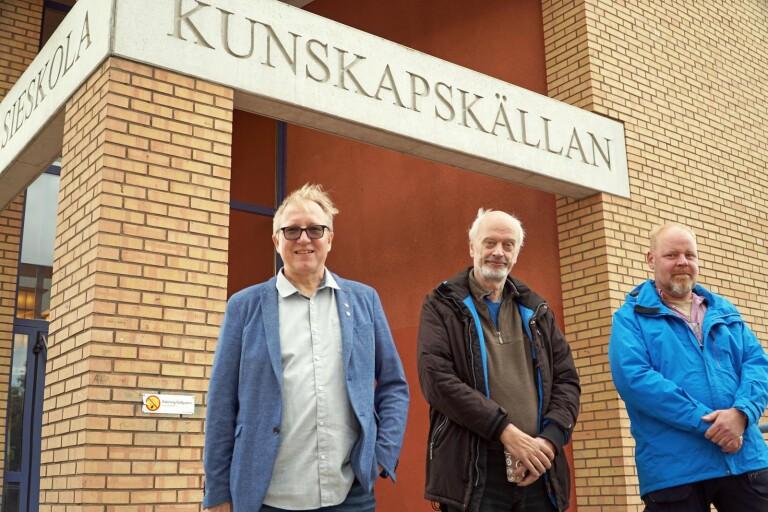 Trion som bestämt flytten. Från vänster Björn Wilhelmsson (S), Ronnie Rexwall (KV) och Andreas Johansson (M), Herrljunga kommunfullmäktiges presidium.