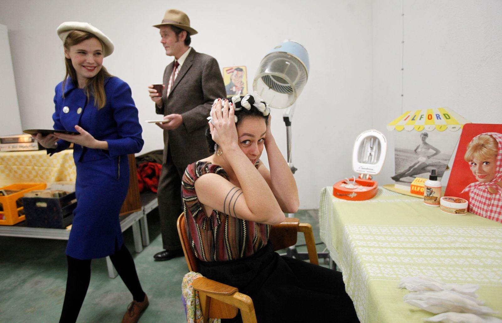 Lisa Nylén, Patrik Palmros och Sally Alebo Nelson hade dagen till ära klätt sig i 50-talskläder och spelade gamla stenkakor. I samlingarna finns både 50-talsmöbler, inredningsprylar, grammofoner och skivor.