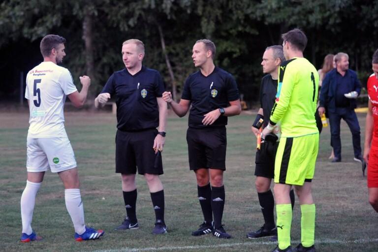 Domaren i fokus - så är en matchkväll i lokala fotbollen