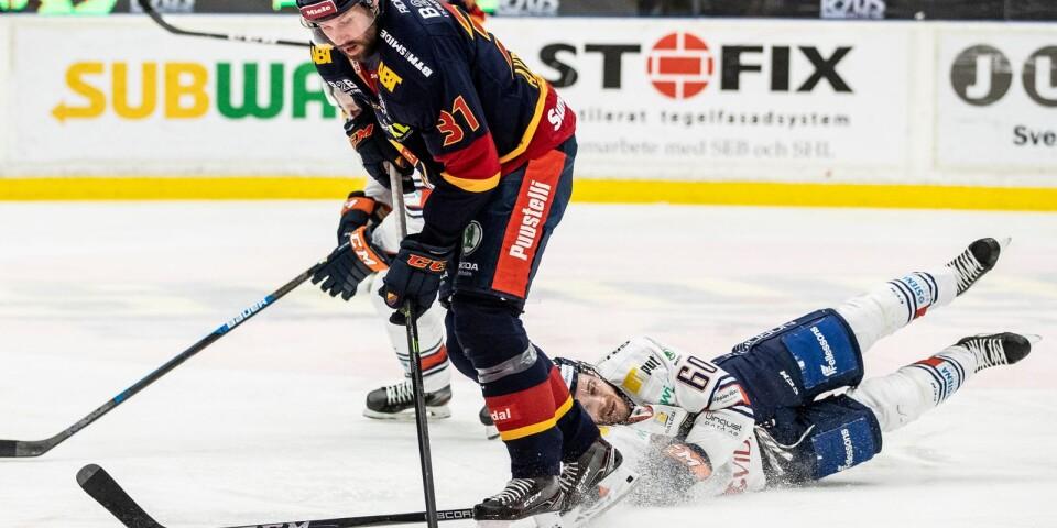 Djurgårdens Dick Axelsson och Växjös Erik Josefsson under ishockeymatchen i SHL mellan Djurgården och Växjö.