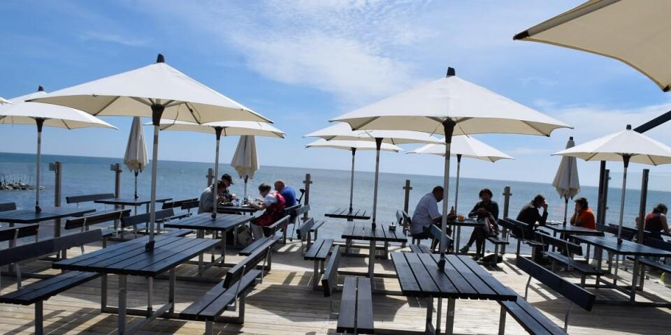 Ahls brygga, som ger restauranggästerna möjlighet att avnjuta sin måltid alldeles intill havet, är Kåseberga Fisks senaste tillskott som stod klar förra året.