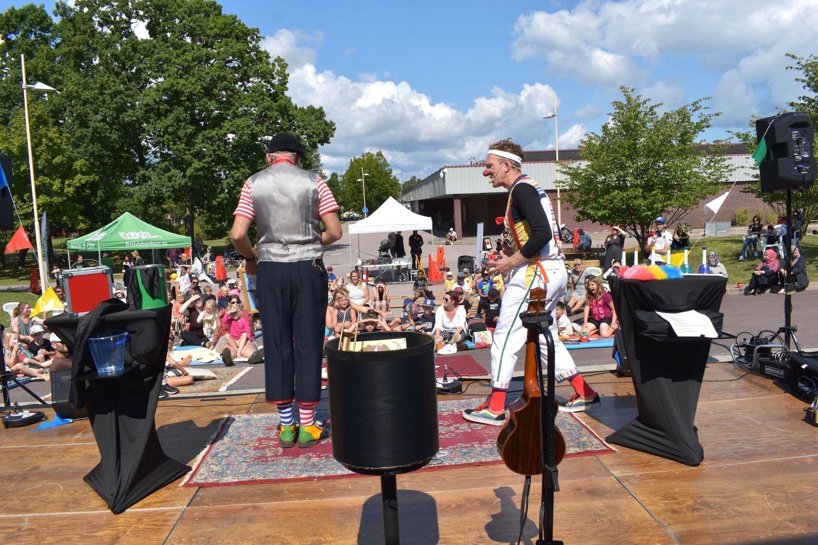 Clownen KaBom och trollkarlen Mike bjöd på en härlig show.