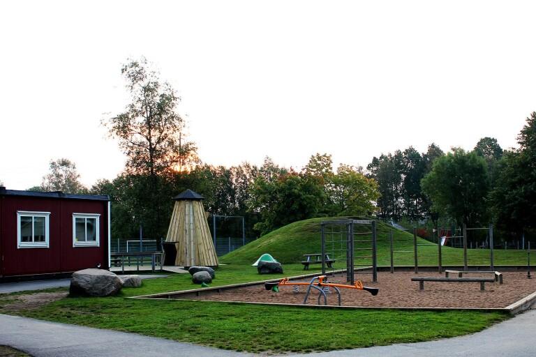 Kerstinsgårdens förskola och Kerstinsgårdskolan i Dalsjöfors har en gemensam skolgård.