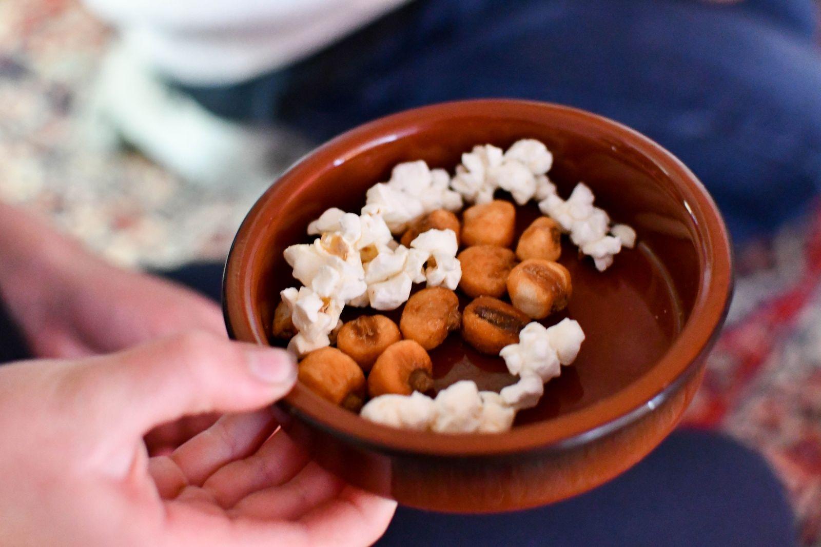 """""""Nu ska ni få smaka en grönsak som odlas mycket i Ecuador"""" säger Anna och bjuder till barnens stora förtjusning på rostad och poppad majs."""