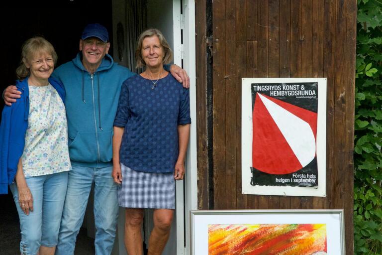 Klart för runda 37. Herdis och Jim Burkard samt konstföreningens ordförande Margaretha Borgehed, utanför den senares ateljé och utställningslokal.