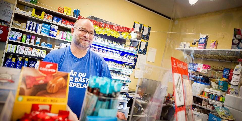 Sedan coronapandemin bröt ut har Thomas Danielsson och hans familj fått ännu mer att göra i butiken och gatuköket på Träffpunkten.