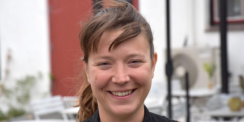 """Rachel Tess, koreografen bakom """"Any Number of Sunsets"""", är född i Portland i USA men är sedan länge bosatt i Sverige och har bland annat ingått i Cullbergbalettens fasta ensemble. I dag är hon bosatt i Kivik och är både affilierad curator för live art på Wanås konsthall och ordförande för Östra Skånes Konstnärsgrupp (ÖSKG)."""