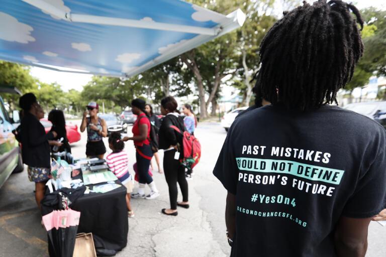 Kampanjarbetare i höstas inför omröstningen om exfångar skulle få rätt att rösta. Arkivbild.