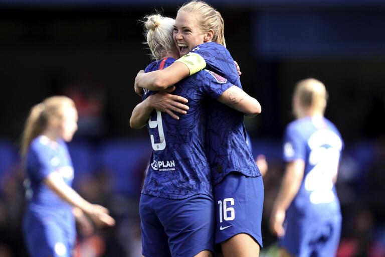 Magdalena Eriksson, höger, kramar om lagkamraten Bethany England som avgjorde ligacupfinalen mot Arsenal. Arkivbild.