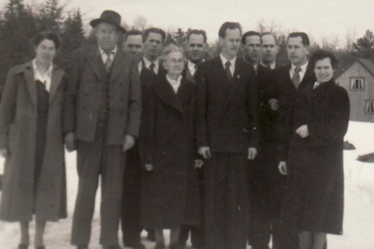 Vendla (i mitten) och Gustav Olofsson (till vänster om hustrun) tillsammans med barnen Anna, Herman, Kalle, Axel, Olle, Edvin, Gösta, Sven och Karin. På bilden saknas sonen Ture som då bodde i Amerika.
