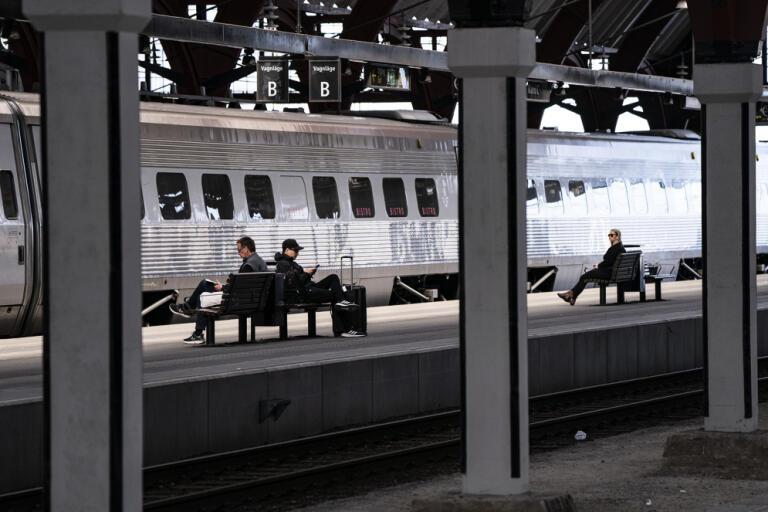 Passagerare väntar på en perrong på Malmö C. Arkivbild.