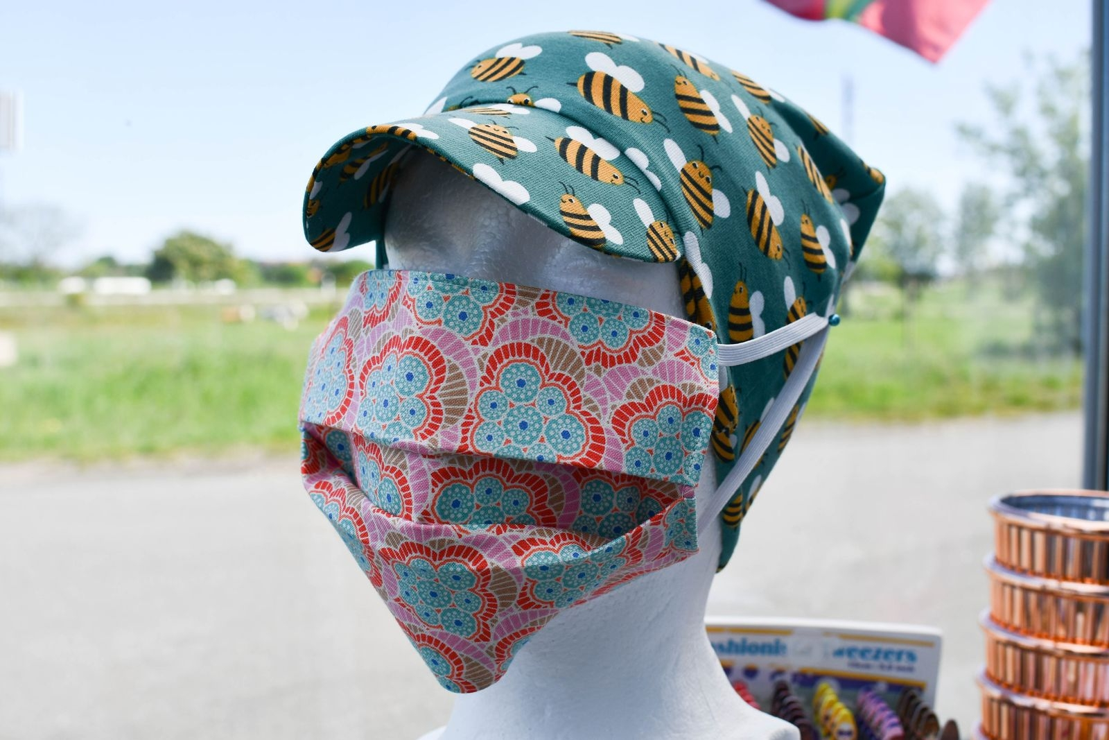 Otaliga är de kunder som gått på studentbal i Heléns kreationer men storsäljaren just nu är en helt annan. Nämligen färgglada munskydd.