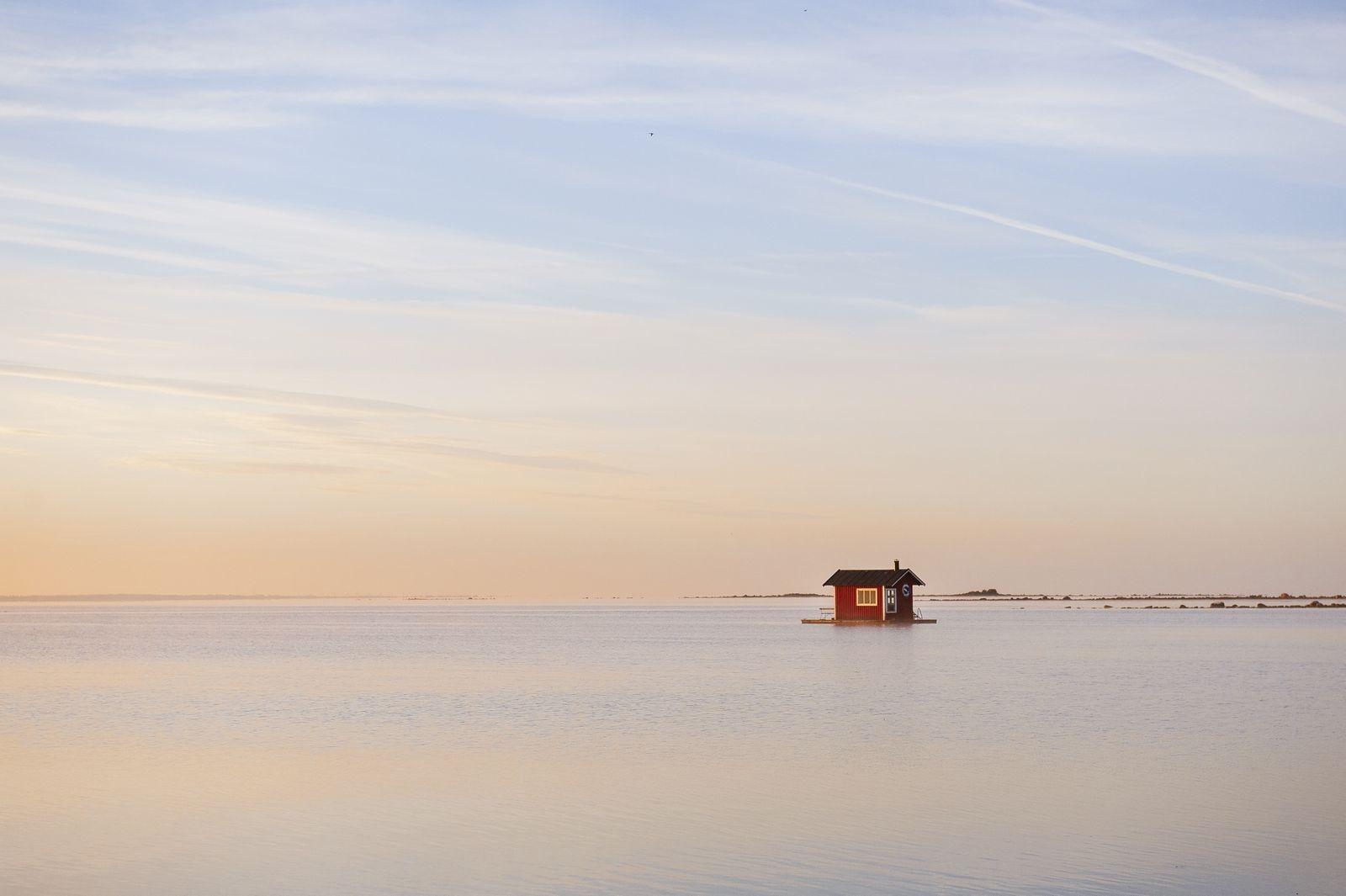 Den här lilla husbåten finns i Bottorps hamn, en bild tagen av Fredrik Lindström i Vassmolösa.