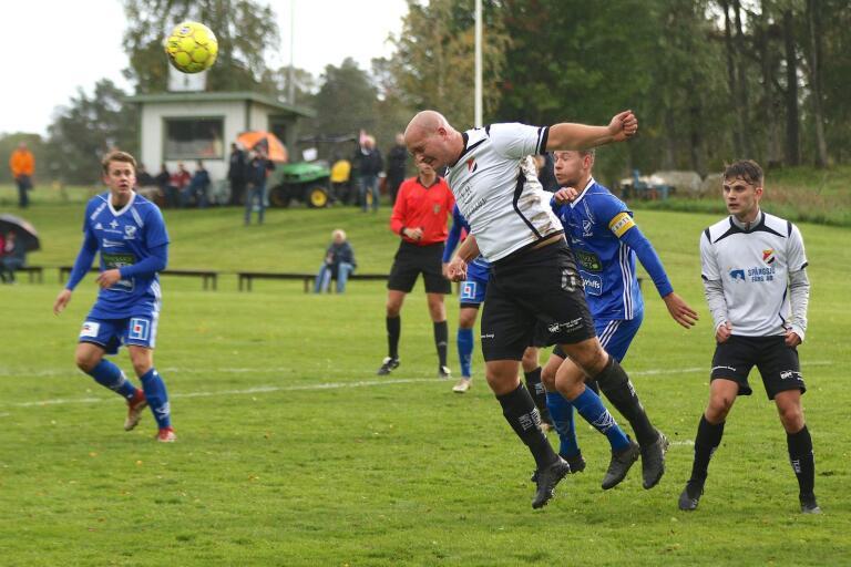 Jonas Olsson nickar undan bollen i ett möte med IFK Skövde förra säsongen.