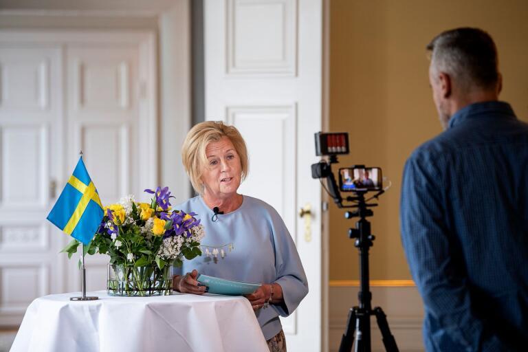 Klockan elva på nationaldagen direktsände landshövding Maria Arnholm sitt tal till kronobergarna från residenset. Bakom kameran Martin Wargren.